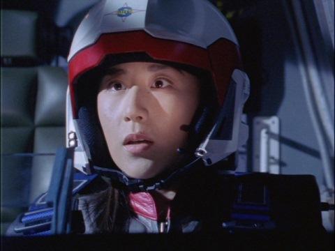 ガゼル号の子供たちを救援するのを見守るユミムラ・リョウ隊員(演:斉藤りさ)