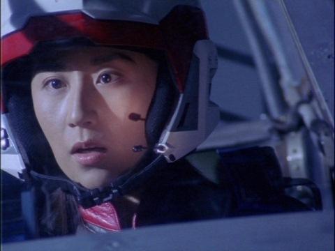 ユニコーンがダイオリウスに撃墜されるのを驚くユミムラ・リョウ隊員(演:斉藤りさ)