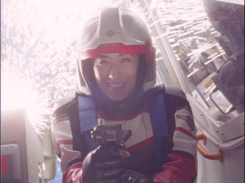 ダイオリウスに撃墜されるユミムラ・リョウ隊員(演:斉藤りさ)