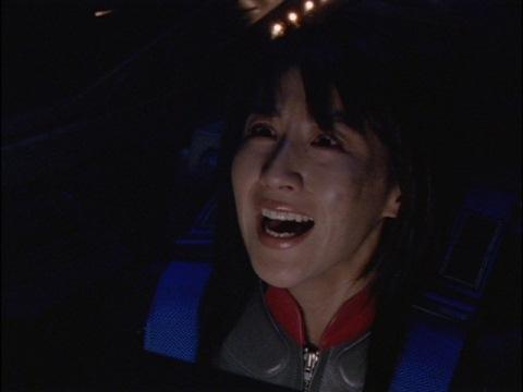 助けに来たウルトラマンダイナに叫ぶユミムラ・リョウ隊員(演:斉藤りさ)