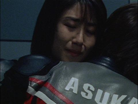 倒れるアスカ隊員を抱擁するユミムラ・リョウ隊員(演:斉藤りさ)