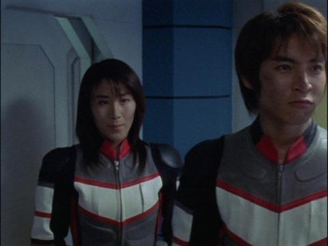 アスカ隊員と仲間の元に戻るユミムラ・リョウ隊員(演:斉藤りさ)