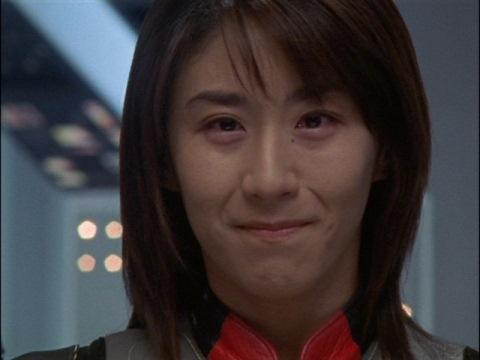 アスカ隊員は飛び続けていると信じているユミムラ・リョウ隊員(演:斉藤りさ)
