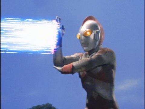 ファイヤードラコにサクシウム光線を放つウルトラマン80