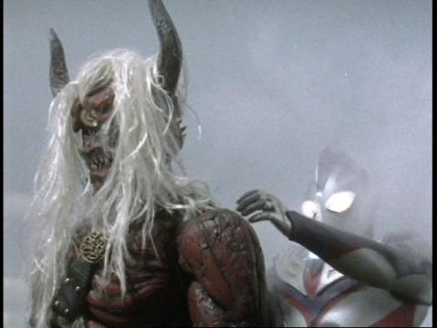 後ろの顔からウルトラマンティガを攻撃する宿那鬼