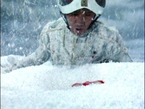 雪の中でウルトラアイを見つけたモロボシ・ダン隊員