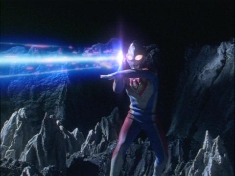 ウルトラマンダイナ(フラッシュタイプ)のソルジェント光線でガイガレードを撃破