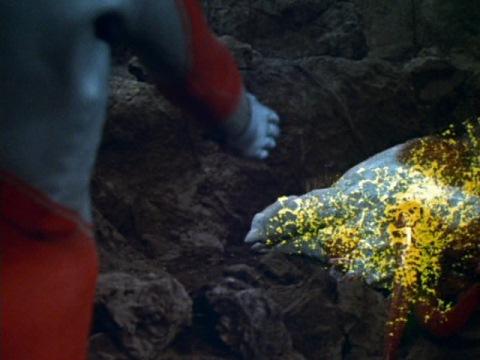 オクスターの亡骸をウルトラショットで骨にするウルトラマンジャック