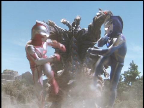 ウルトラマンメビウスと共闘し、ディノゾールリバースへ向かっていくウルトラマンヒカリ