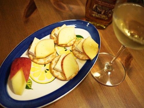リンゴとブリーチーズのクラッカーのせメープルシロップがけ(ぶりんご)