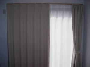 カーテン1F部屋2