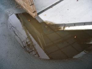 道路陥没水たまり