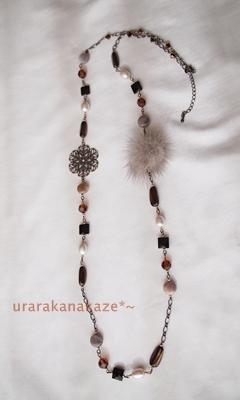 天然石とファーのネックレス