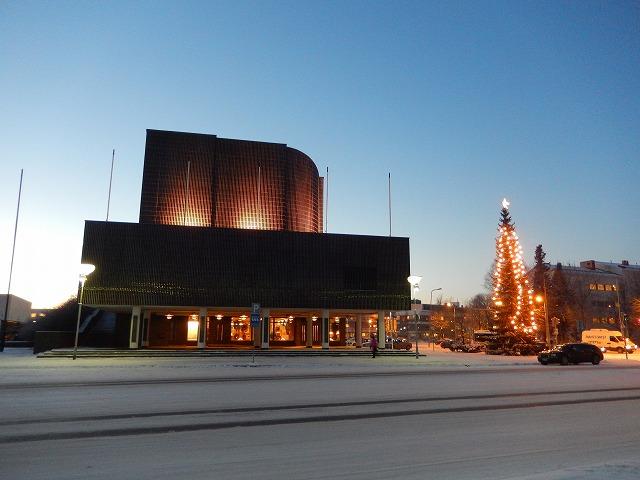 セイナヨキ市庁舎とクリスマスツリー
