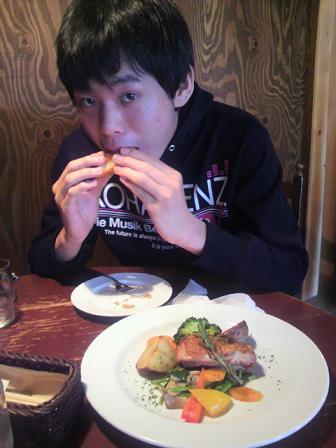 フランスパンをかじる拓磨70