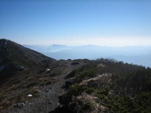 遥か遠くに駒ケ岳が雲の上に