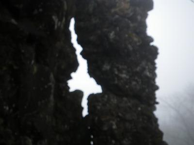 雌岳の不思議穴