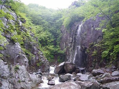 10分ほどで現れる側面の滝
