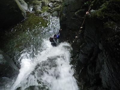 F2上の滝を登ってくるシュクラさん
