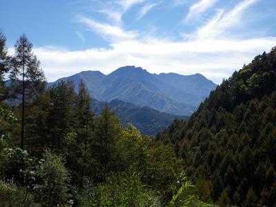 四方山への林道から見る御座山