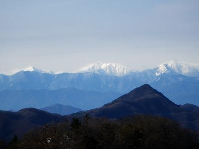 釈迦ヶ岳の向こうに荒川三山