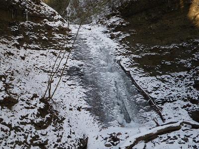 右の滝は真ん中を水が流れる