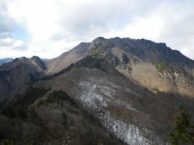 辺見岳北峰から両神山を見る