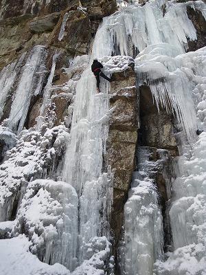 左の氷柱を登る人