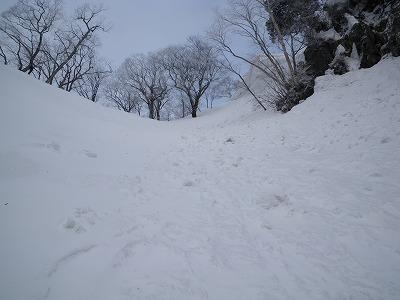 このルンゼを上がるが右の雪庇が怖いぞ