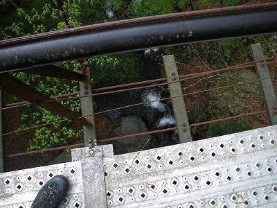 吊り橋から見下ろす