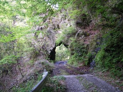 岩のトンネル