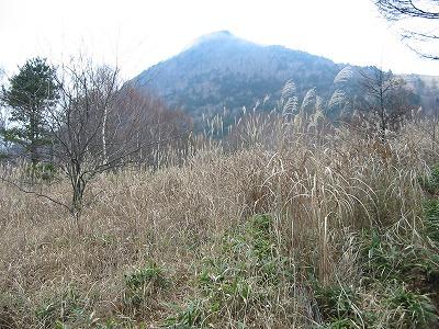 国師原から乾徳山頂上を見上げる