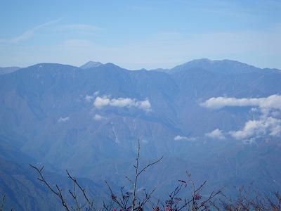 笊ヶ岳の向こうに聖岳