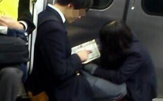 【悲報】 電車内で手○キしだすカップル現る (画像あり)