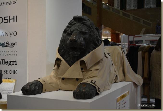 コートを着たライオン