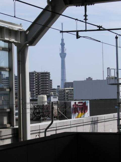北千住駅ホームからスカイツリーを望む。