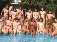 [無修正]別荘のプールでたくさんの美女と大乱交