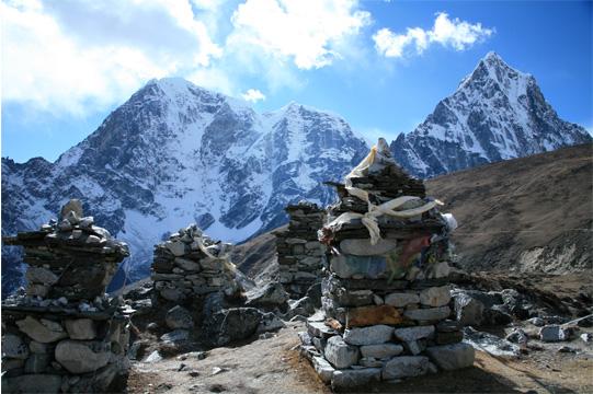 トゥクラの丘に建つ遭難慰霊碑