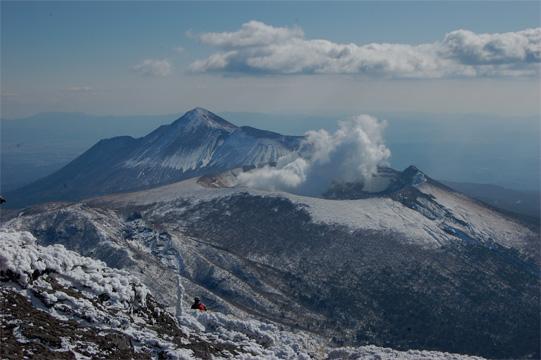 韓国岳山頂からの新燃岳と高千穂の峰