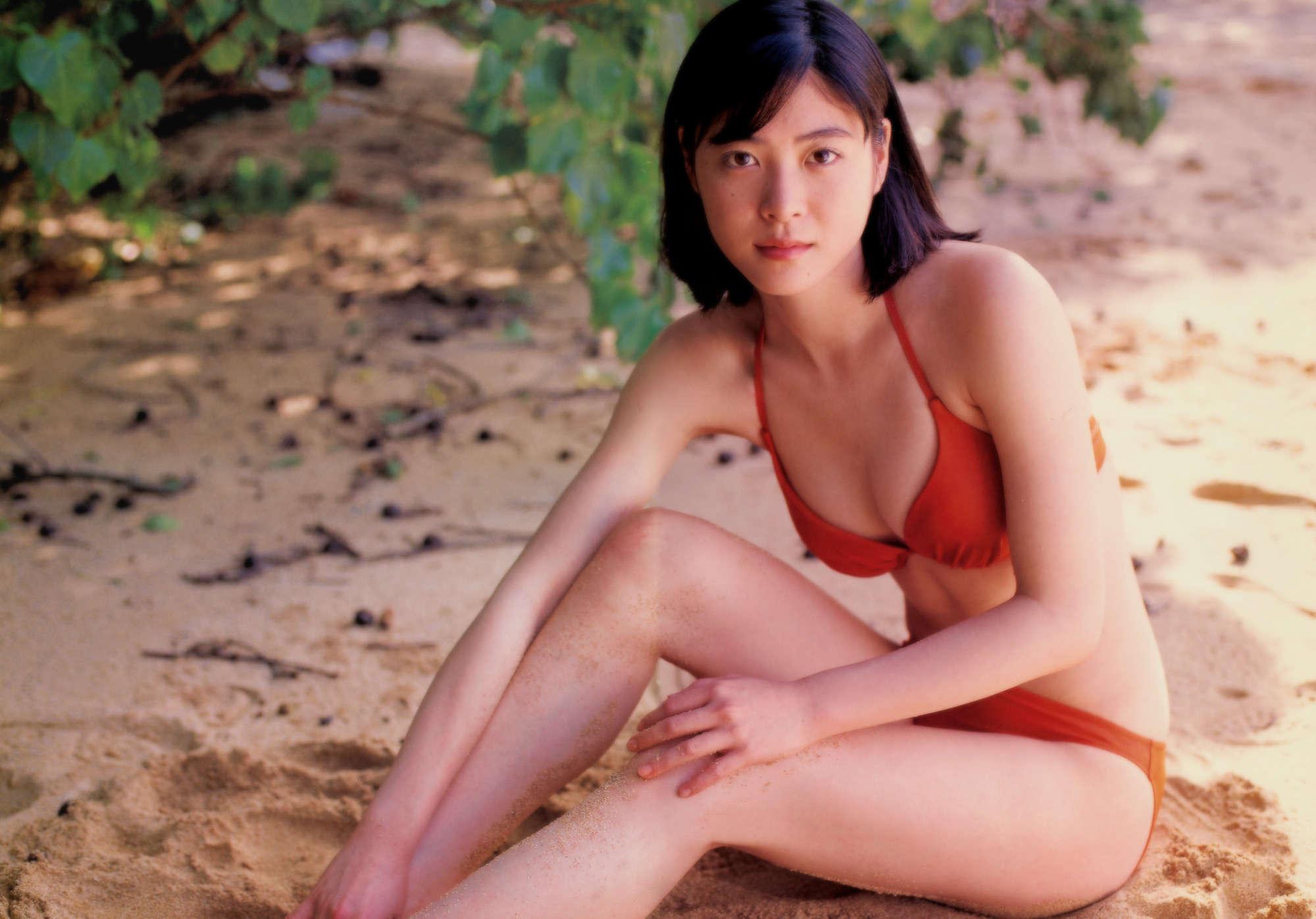 砂浜に座る上野樹里