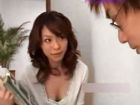 やらしい若奥さん!夫が奥の部屋にいるのに、訪問販売員を胸チラとパンチラで誘惑する!