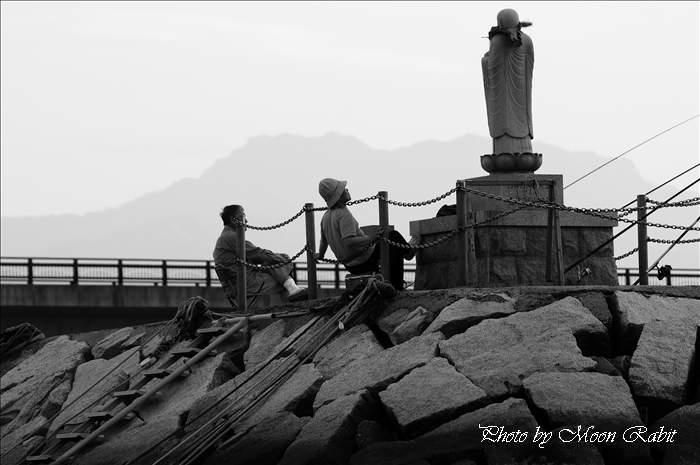玉津漁港の釣人と石鎚山 愛媛県西条市船屋より 2009年5月12日