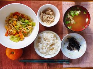 ご飯,昆布の佃煮,玉子と野菜の炒め物,ツナサラダ,長ネギとワカメのみそ汁,ミカン