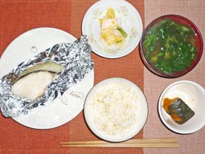 ご飯,真鱈のバター蒸し,かぼちゃの煮物,白菜の漬物,ほうれん草とワカメのみそ汁