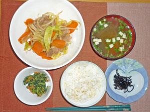 ご飯,肉野菜炒め,ほうれん草の胡麻和え,みそ汁