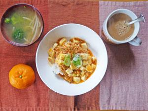麻婆豆腐丼,ブロッコリーとモヤシのみそ汁,ミカン,コーヒー