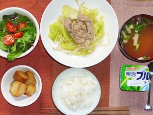 ご飯,肉野菜炒め,グリーンサラダ,揚げジャガ,みそ汁,ヨーグルト