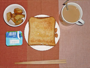 トースト,揚げジャガ,ヨーグルト,アーモンド,コーヒー