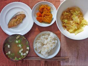 ご飯,ぶりの生姜焼き,ニンジンとかぼちゃの煮物,キャベツと玉ねぎの炒め物