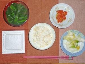 納豆ご飯,焼きトマト,白菜の漬物,ほうれん草とワカメのみそ汁